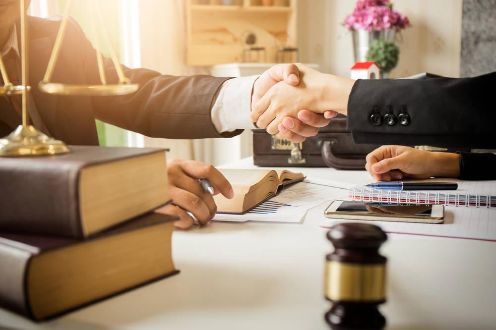 Cómo encontrar a un buen abogado