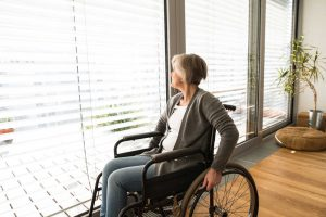 ¿Cómo adaptar nuestro hogar para un adulto mayor en silla de ruedas?